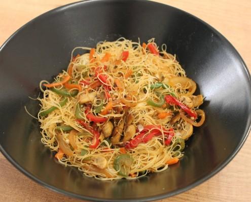 Fideos de arroz con verduras y salsa de soja en olla gm - Arroz con verduras light ...